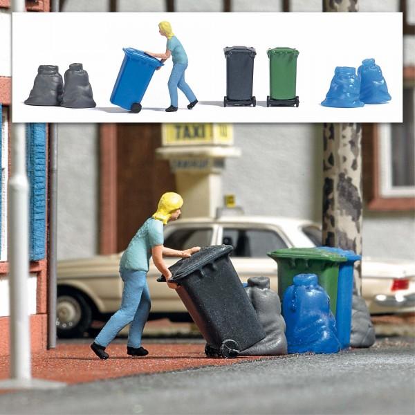 87 Frau mit Mülltonnen
